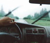 Odstranimo umazanijo z vetrobranskega stekla med vožnjo